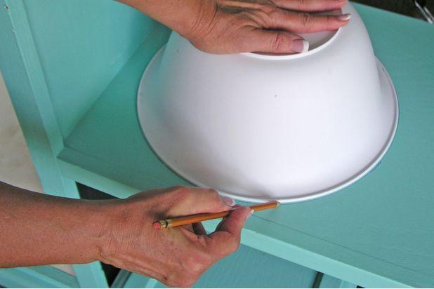 Установите игрушечную раковину: переверните миску вверх ногами и обведите карандашом круг