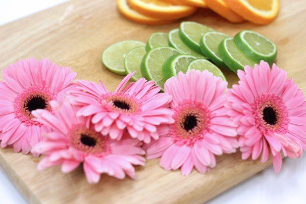 Апельсины, лаймы, огурец нарежьте тонкими, но не слишком, дольками, цветы полностью отделите от стеблей
