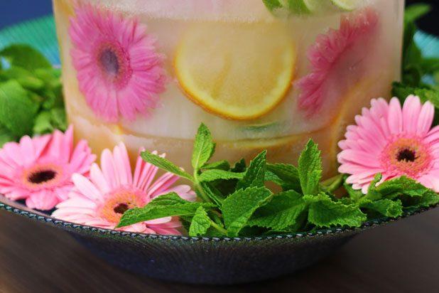 Ставим ледяное ведерко под шампанское на блюдо и украшаем мятой и цветами