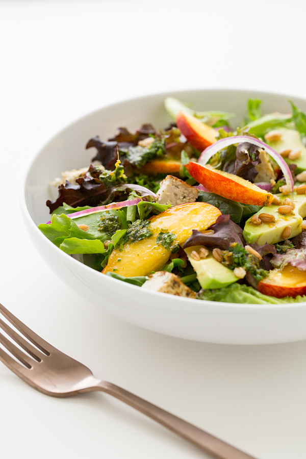 Салат с нектарином и авокадо и имбирно-лаймовой заправкой