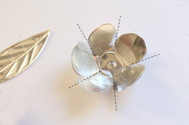 Начинаем придавать деталям венка их итоговую форму: и цветы, и листья выгибаем внутрь, формируя из них подобия чашечек/пиал