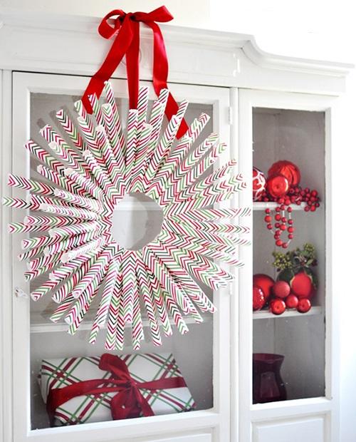 Венок из крупных коктейльных трубочек праздничной тематической расцветки