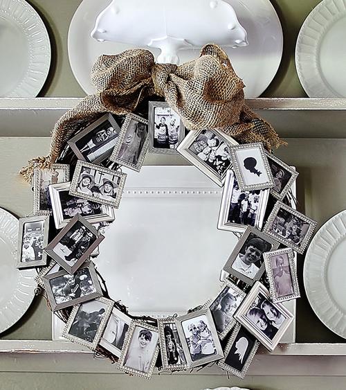 Венок из небольших одинаковых серебряных рамок со снимками, закрепленных на основе из сухой виноградной лозы или ивы кудрявой