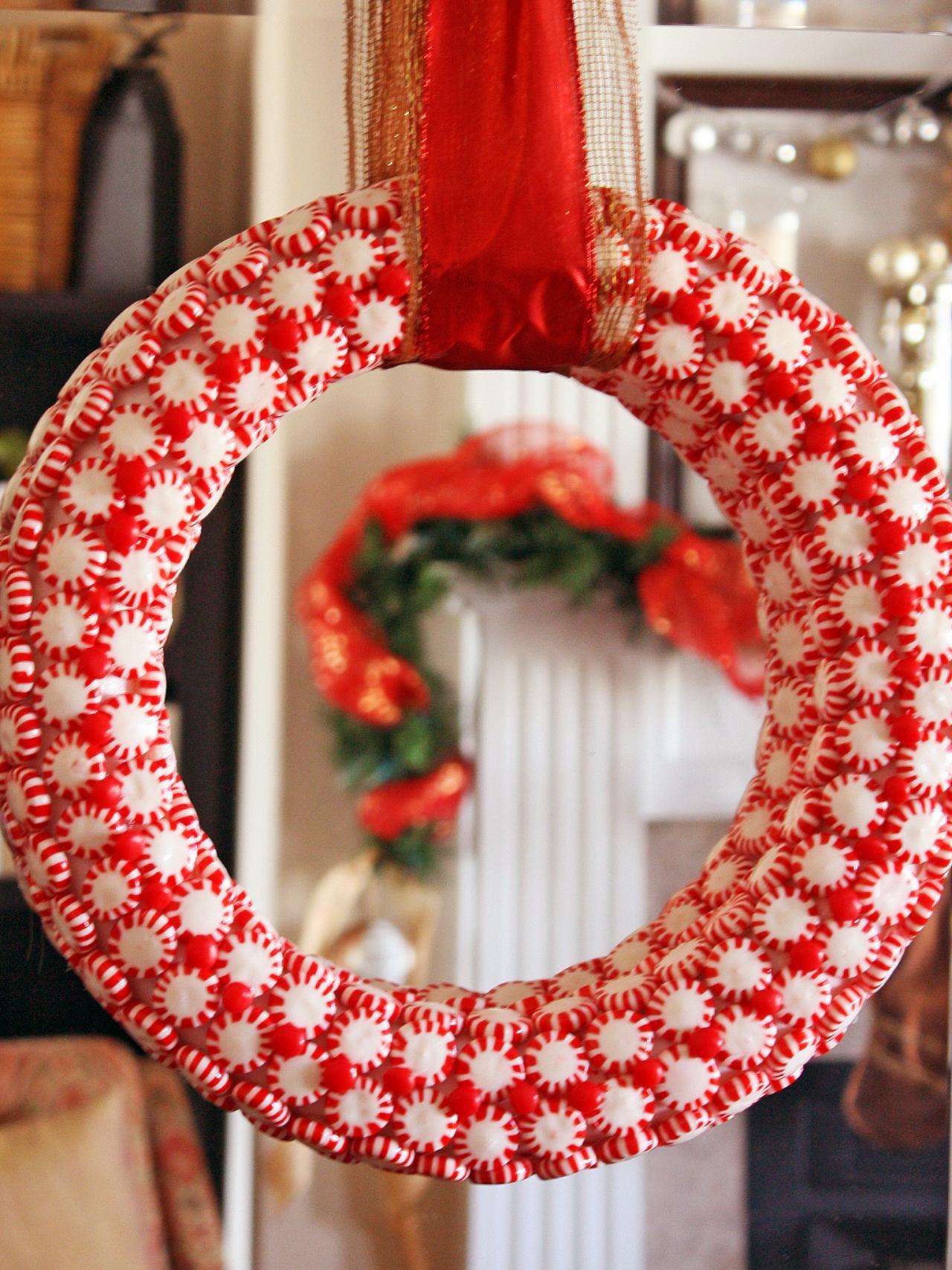 Венок из конфет праздничной расцветки, наклеенных на широкий круг из пенопласта