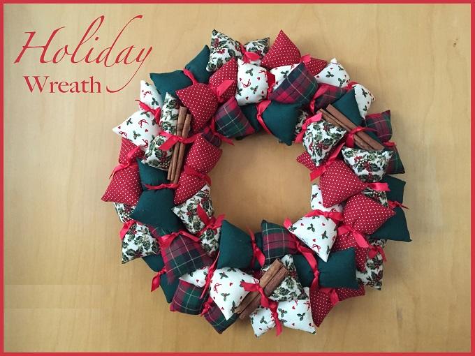 Венок из продолговатых ароматических подушечек-саше праздничной расцветки и с лентами