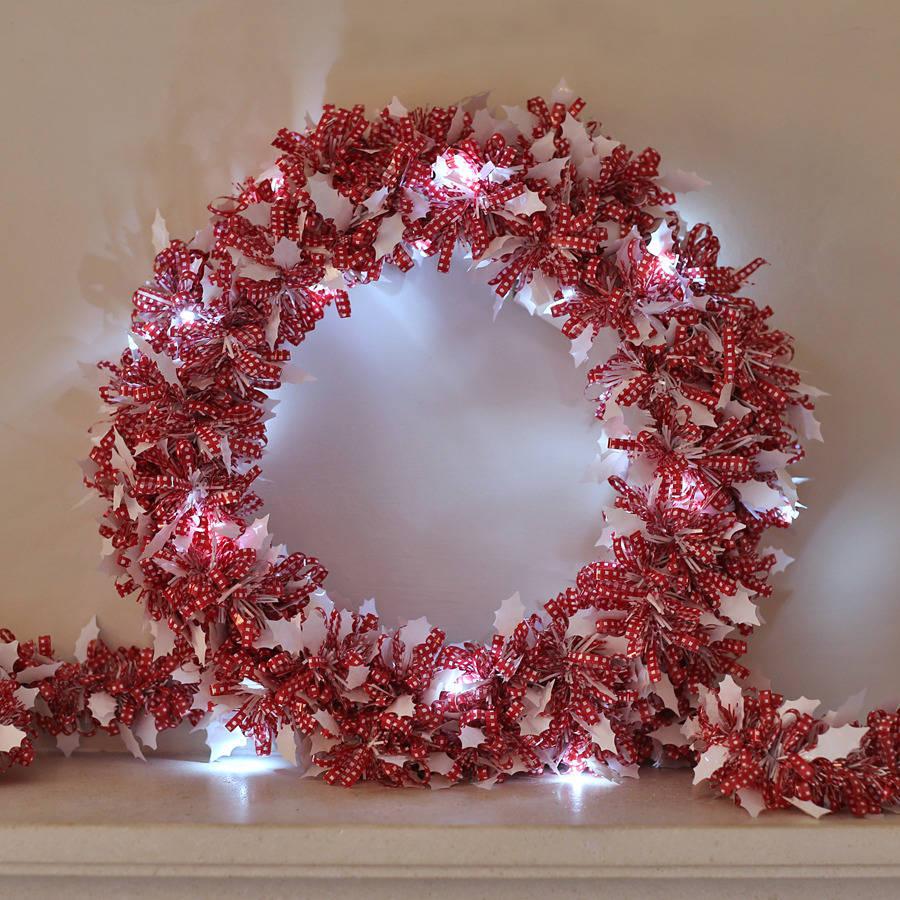 Венок из бантиков и новогодней гирлянды в виде белых листочков остролиста