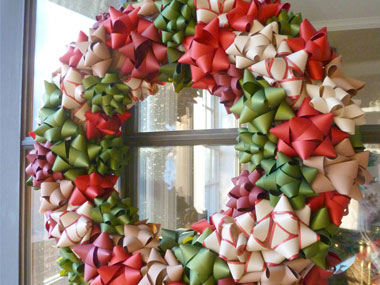 Венок из пластиковых бантов для украшения подарков