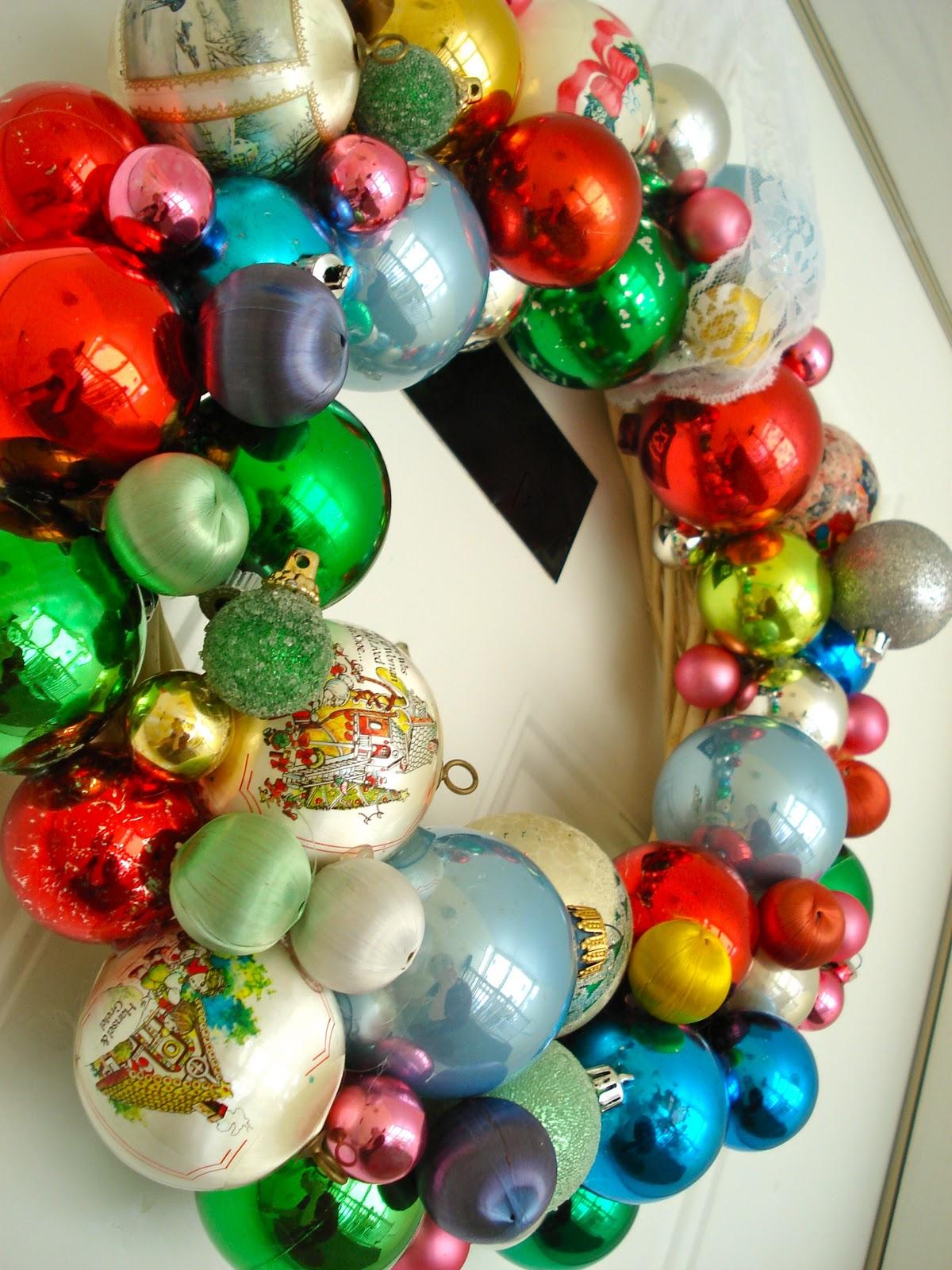 Венки из елочных шаров, разные дизайны