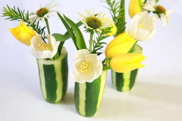 Как сделать цветочную вазу из огурца