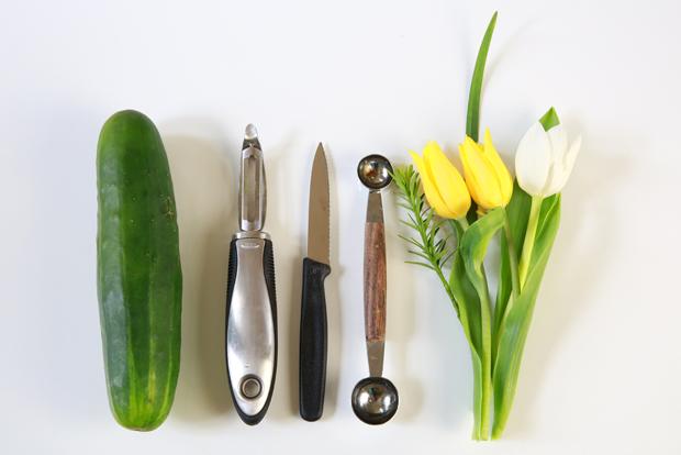 исходные материалы и инструменты для цветочной вазы из огурца