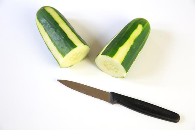 ножом разделите огурец по ширине на 2 равные части