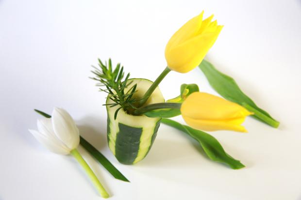 Расставьте коротко срезанные цветы и зелень по вазам из огурца