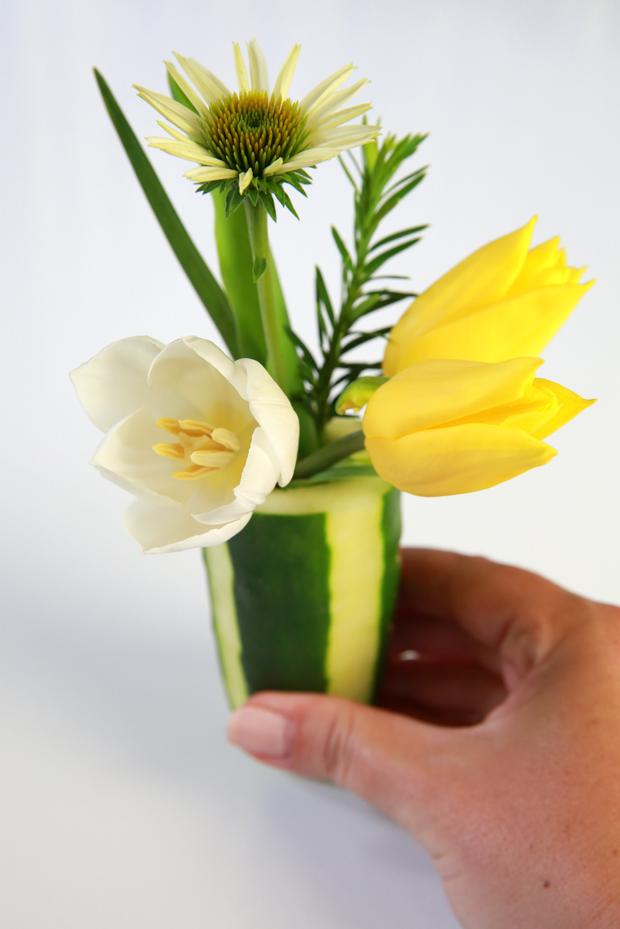 готовая ваза из огурца с цветами