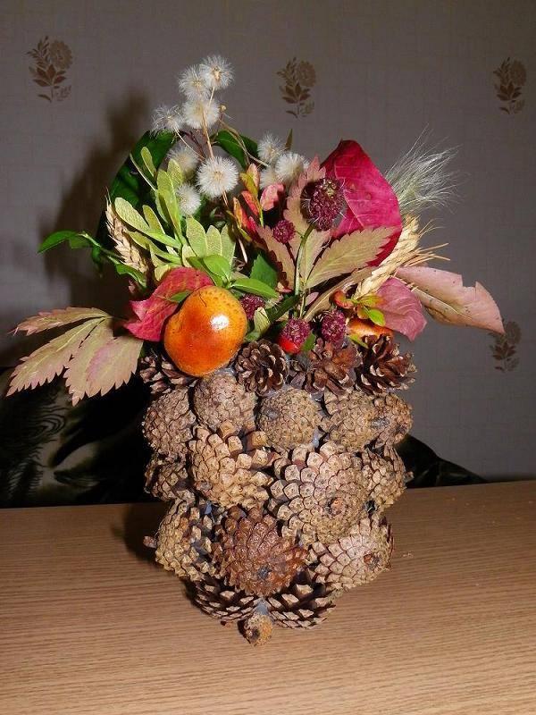 Настольная ваза из шишек