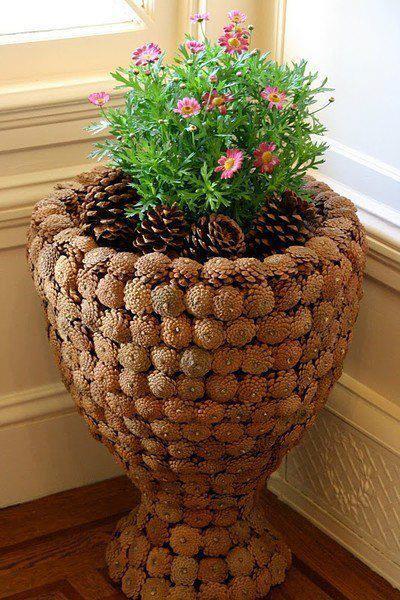 напольная ваза, обклеенная шишками