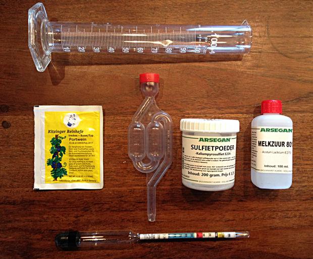 Инструменты, продукты и тара для приготовления вина из шиповника в домашних условиях