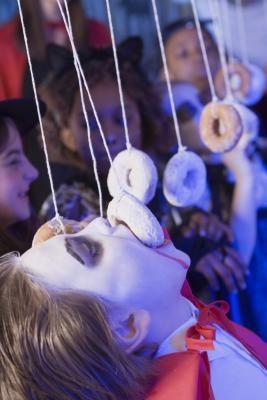 Как организовать веселые игры на Хэллоуин и другие вечеринки: новые идеи - Съешь пончик первым!