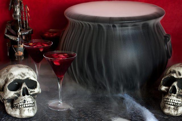 Как сделать коктейль «Ведьмино варево» (сангрию с добавками) в дымящемся котле на Хэллоуин