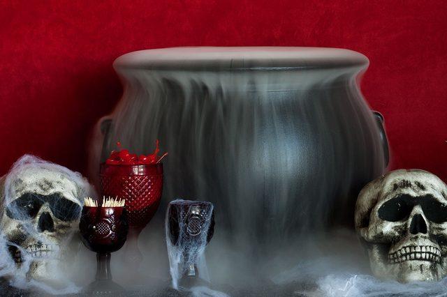 Чтобы получить эффект стелющейся из котла дымки, полейте сухой лед горячей водой