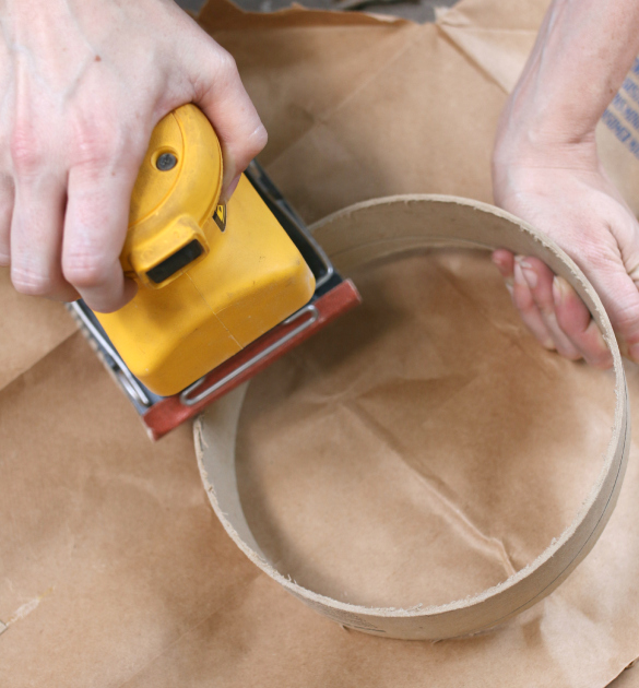 По необходимости обрабатываем края-срезы на картоне шкуркой или электрической шлифовальной машинкой