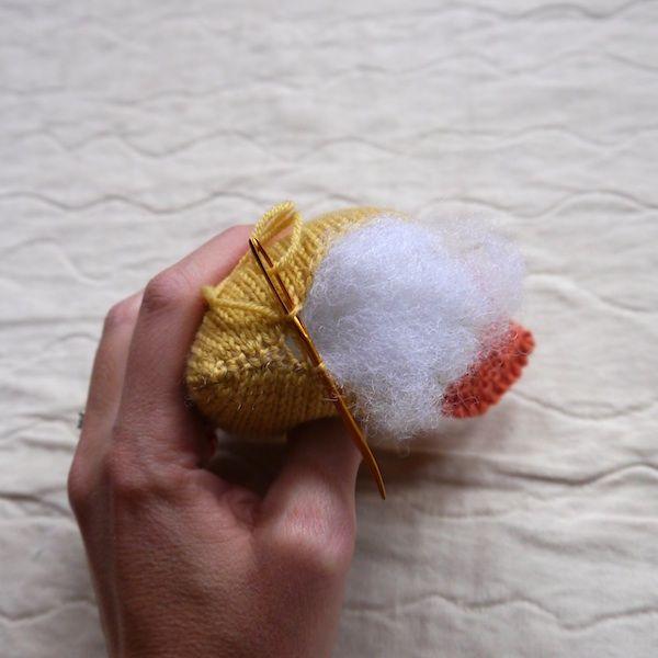 вязаная курочка для пасхального стола: набиваем курицу и сшиваем ее низ