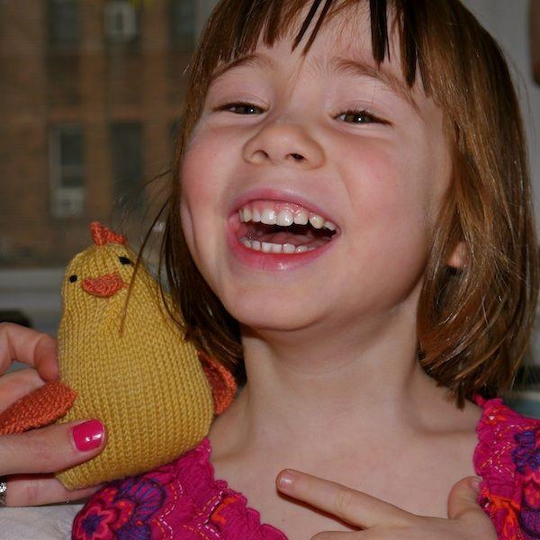 Подарите вязаную курочку тому, кого она сможет порадовать