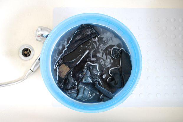 джинсы закладываем в ведро, заливаем воду