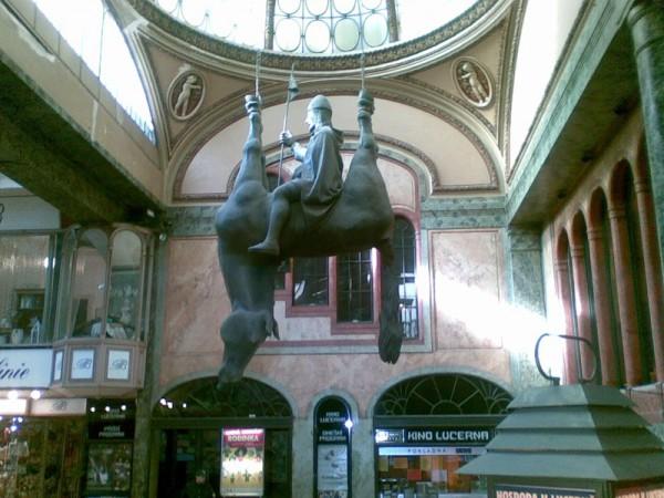 Скульптура Давида Черны мертвого «Коня» перевернутого брюхом вверх, на котором восседает король Вацлав