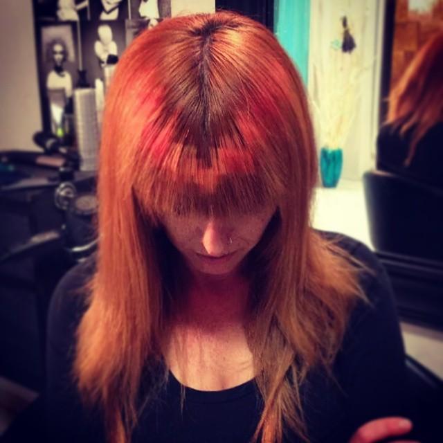 челка стандартной длины и Pixelated Hair на ней сверху донизу лесенкой