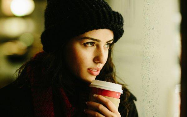 девушка со стаканом кофе из кофейни