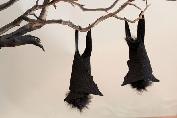 Кончики ног летучих мышей приклейте прямо к ветке