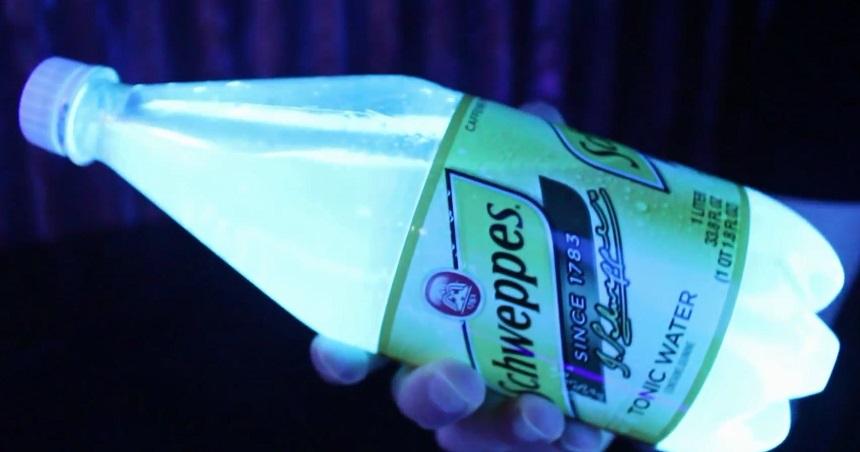 Для того, чтобы увидеть свечение, вам потребуется лампа черного света (или ультрафиолетовая лампа), включенная в темноте. Под ней вы сразу увидите, что Швеппс в бутылке светится каким-то потусторонним светом.