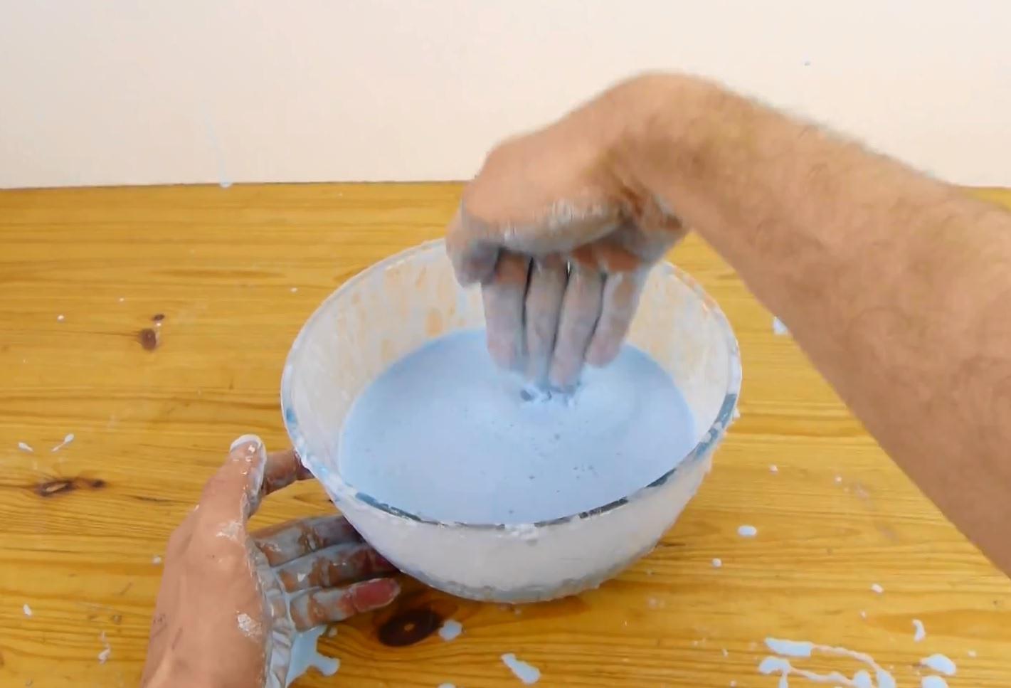 попробуйте быстрым и резким движением пальца или сложив пальцы вместе проткнуть смесь в пиале
