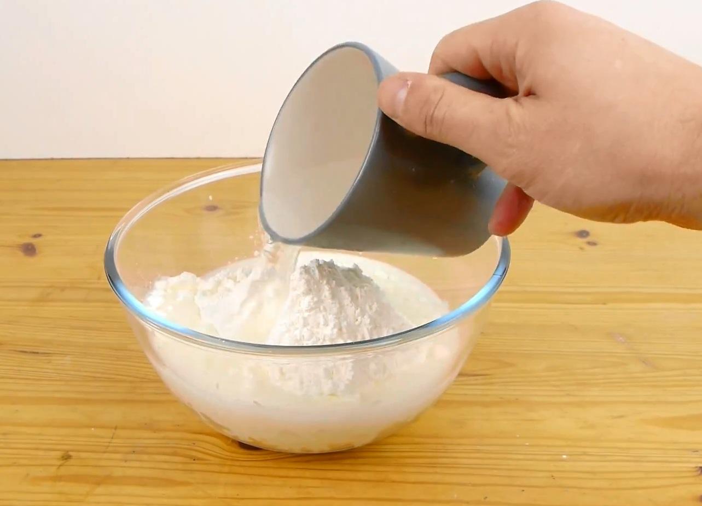 медленно добавьте полкружки воды