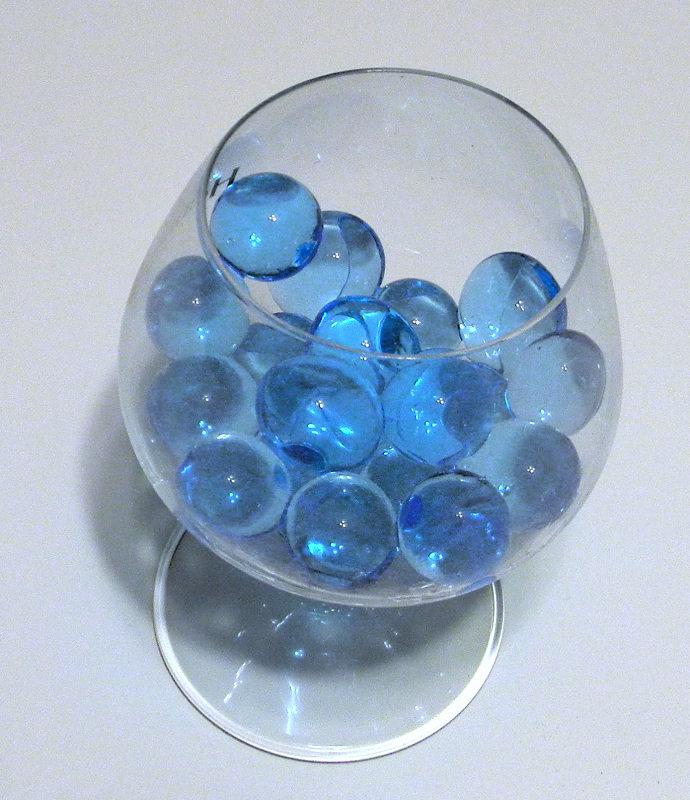 голубые шарики в бокале