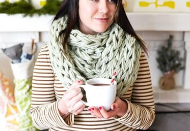 Как связать крупный шарф-трубу на руках (без спиц)