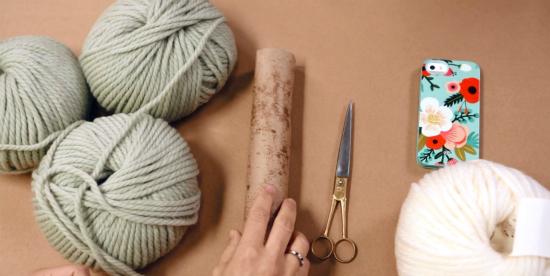 толстая пряжа и прочие исходные материалы для вязания шарфа руками