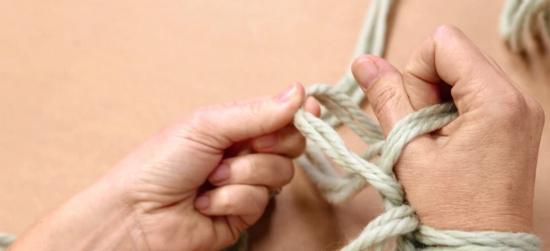 Удерживая нить правой рукой, левой возьмите первую петлю с правой руки и через кулак протащите ее вперед и просто отпустите