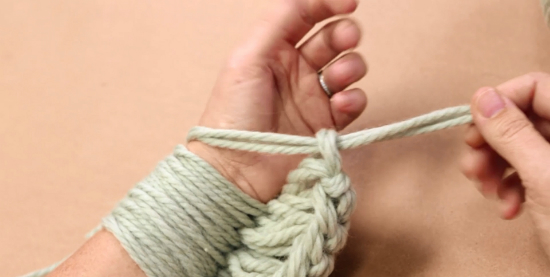 Правой рукой берем кончик пряжи, идущий от трех мотков