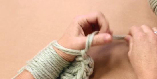 Кладем его поверх большого пальца левой руки, левой рукой зажимаем этот кончик.