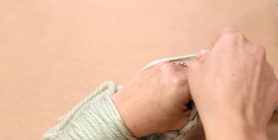 Правой рукой снимаем петлю с левого запястья и протаскиваем вперед. Отпускаем петлю.
