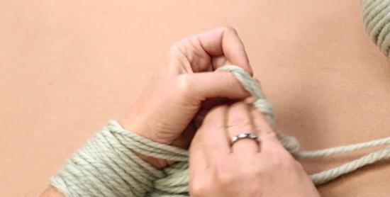 Правую руку продеваем сверху спереди и вперед через зажатую в левой руке новую петлю, одеваем новую петлю на запястье правой руки