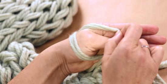 взять первую новую петлю и протащить ее над второй новой на той же руке