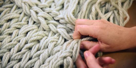Чтобы шов «волшебным» образом потерялся в узоре шарфа, как на начальной кромке шарфа (от которой вы вязали вперед), так и на конечной хвостик пряжи пропускаем под «V»-образными петлями в узоре