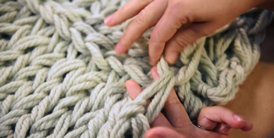 Чтобы шов «волшебным» образом потерялся в узоре шарфа, как на начальной кромке шарфа (от которой вы вязали вперед), так и на конечной хвостик пряжи пропускаем под «V»-образными петлями