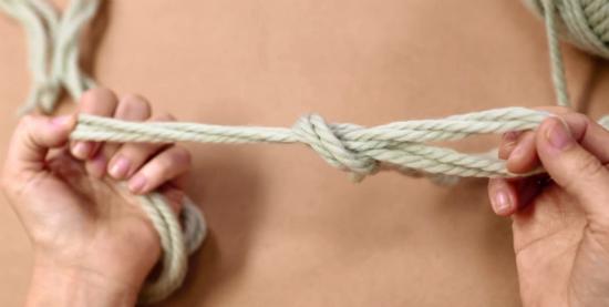 просто потяните за вторую петлю с одной стороны и свободные кончики пряжи с другой, завязывая узел