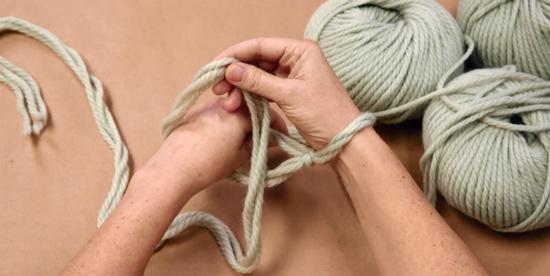 Через эту петлю просуньте левую руку и, просунув, хватайте кончик пряжи