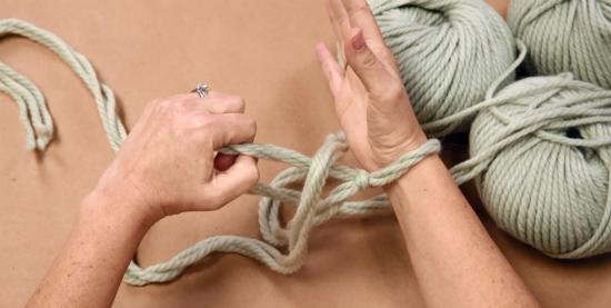Протяните схваченный кончик через петлю и просто бросьте петлю, которую сейчас держите в правой(!) руке