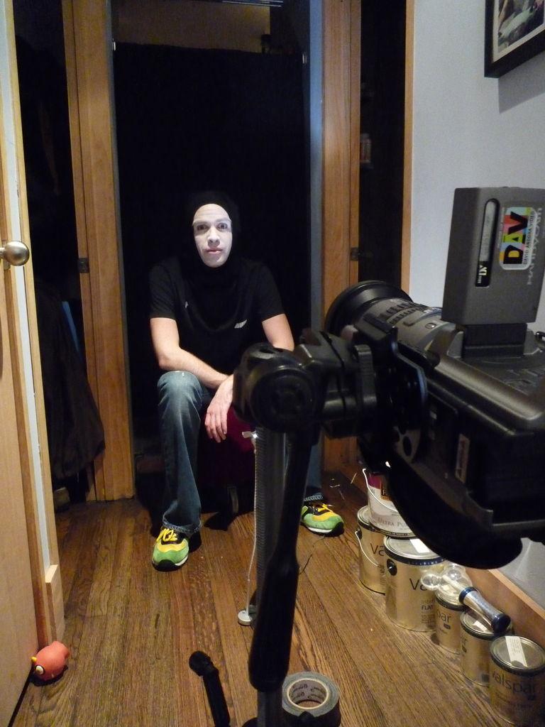 Снимаем видео точно так же, как описано выше, только на этот раз черным заматываем всю голову и шею, оставляя на виду лишь лицо