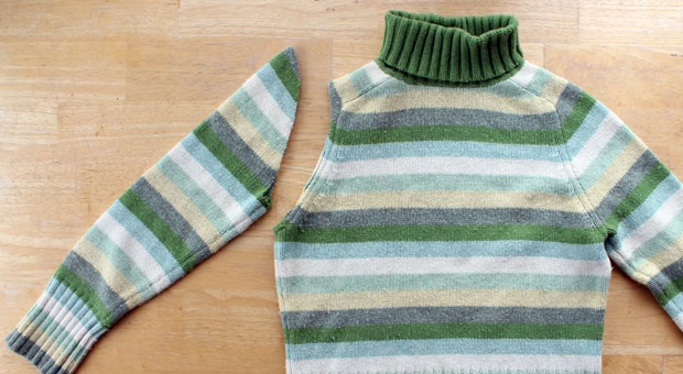Отрезаем один рукав у свитера